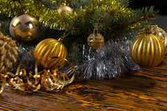 Árbol de hoja perenne con las decoraciones de la Navidad del oro Fotos de archivo libres de regalías