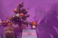 Árbol de la caja de regalo de la Navidad, conos, bolas de la Navidad Fotografía de archivo libre de regalías