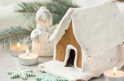Árbol de la casa del pueblo del pan de jengibre de la Navidad Fondo del ` s del Año Nuevo de la Navidad con los copos de nieve Ta Imagen de archivo libre de regalías