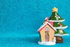 Árbol de la casa y de pino en fondo chispeante Imagen de archivo