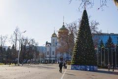 Árbol de la iglesia de la ciudad y del Año Nuevo Fotografía de archivo libre de regalías