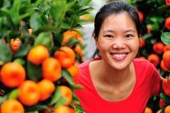 Árbol de la mujer y de naranjas Imágenes de archivo libres de regalías