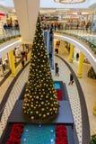 Árbol de la Navidad centro-alto que hace compras Nuremberg, Alemania fotos de archivo