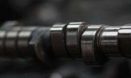 Árbol de levas quitado para la reparación o examinado, la función controlada del eje de la toma y válvula de escape, equipo de la Imagenes de archivo