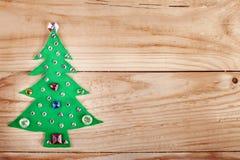 Árbol de navidad. Años Nuevos de decoración en el fondo de madera Imagen de archivo libre de regalías