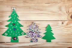 Árbol de navidad. Años Nuevos de decoración en el fondo de madera Imagenes de archivo