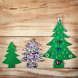 Árbol de navidad. Años Nuevos de decoración en el fondo de madera Fotografía de archivo