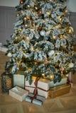 Árbol de navidad acogedor con las luces de la Navidad y las cajas de presentes Colores calientes, crepúsculo íntimo Fotos de archivo