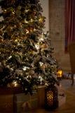 Árbol de navidad acogedor con las luces de la Navidad y las cajas de presentes Colores calientes, crepúsculo íntimo Fotos de archivo libres de regalías