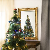 Árbol de navidad adornado Foto de archivo libre de regalías
