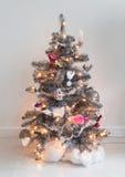 Árbol de navidad adornado aislado fotografía de archivo libre de regalías