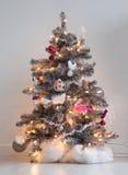 Árbol de navidad adornado aislado fotografía de archivo