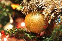 Árbol de navidad adornado borroso Imágenes de archivo libres de regalías