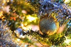 Árbol de navidad adornado borroso Fotografía de archivo libre de regalías