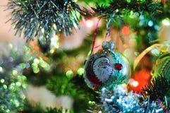 Árbol de navidad adornado borroso Fotos de archivo
