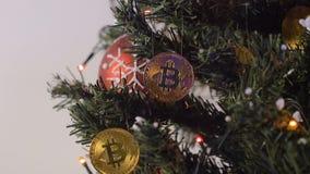 Árbol de navidad adornado con Bitcoins y Garland Closeup almacen de metraje de vídeo