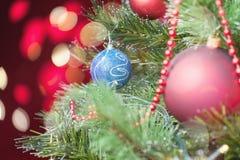 Árbol de navidad adornado con el bokeh abstracto en el fondo Imagenes de archivo