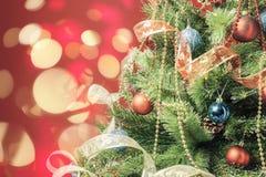 Árbol de navidad adornado con el bokeh en el fondo Fotografía de archivo
