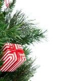 Árbol de navidad adornado con el presente del ornamento del remiendo Foto de archivo