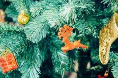 Árbol de navidad adornado con el reno Fotos de archivo