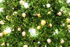 Árbol de navidad adornado con la bola Han del oro y de la plata de la Navidad Fotos de archivo libres de regalías