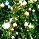Árbol de navidad adornado con la bola Han del oro y de la plata de la Navidad Imagenes de archivo