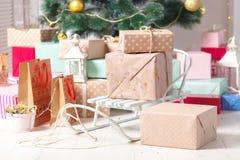 Árbol de navidad adornado con la caja de regalo Imagen de archivo libre de regalías