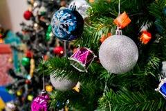 Árbol de navidad adornado con la chuchería colorida en bokeh chispeante Imagen de archivo
