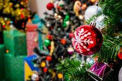 Árbol de navidad adornado con la chuchería colorida en bokeh chispeante Imagen de archivo libre de regalías