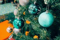 Árbol de navidad adornado con la chuchería colorida en bokeh chispeante Fotografía de archivo