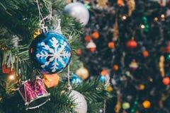 Árbol de navidad adornado con la chuchería colorida en bokeh chispeante Fotos de archivo libres de regalías