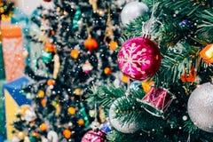 Árbol de navidad adornado con la chuchería colorida en bokeh chispeante Foto de archivo