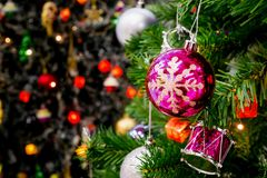 Árbol de navidad adornado con la chuchería colorida en bokeh chispeante Foto de archivo libre de regalías
