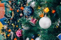 Árbol de navidad adornado con la chuchería colorida en bokeh chispeante Fotos de archivo