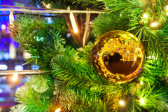 Árbol de Navidad adornado con la chuchería de oro chispeante Imagen de archivo libre de regalías