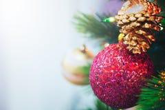 Árbol de navidad adornado con la ejecución de la bola roja, muñeca de la nieve fotografía de archivo libre de regalías