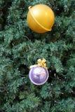 Árbol de navidad adornado con las bolas Foto de archivo