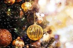 Árbol de navidad adornado con las bolas amarillas imagenes de archivo