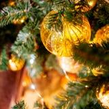 Árbol de navidad adornado con las bolas amarillas foto de archivo libre de regalías