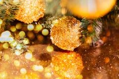 Árbol de navidad adornado con las bolas amarillas imagen de archivo