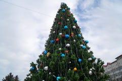 Árbol de navidad adornado con las bolas coloridas de la Navidad Imagen de archivo libre de regalías
