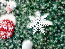 Árbol de navidad adornado con las bolas coloridas y blanco como la nieve Imagen de archivo