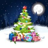 Árbol de navidad adornado con las bolas coloridas y el paisaje de Garland In Winter Forest Night Imagen de archivo