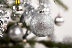 Árbol de navidad adornado con las bolas de plata Foto de archivo libre de regalías