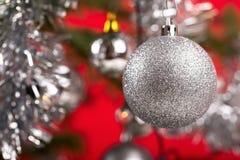 Árbol de navidad adornado con las bolas de plata Fotografía de archivo