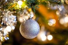 Árbol de navidad adornado con las bolas de plata Imagenes de archivo