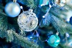 Árbol de navidad adornado con las bolas y la luz azules del vintage Fotos de archivo libres de regalías