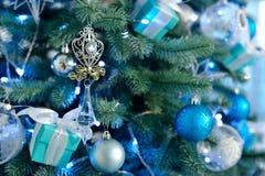 Árbol de navidad adornado con las bolas y la luz azules del vintage Fotos de archivo