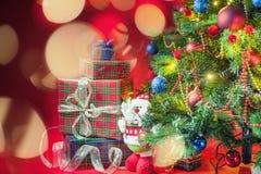 Árbol de navidad adornado con las cajas de regalo y el juguete de Santa Clus Fotos de archivo