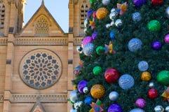 Árbol de navidad adornado con las chucherías coloridas contra sandston Fotos de archivo